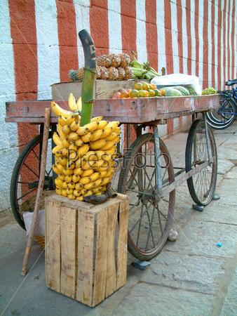 Фотография на тему Корзина фруктов с гроздью бананов
