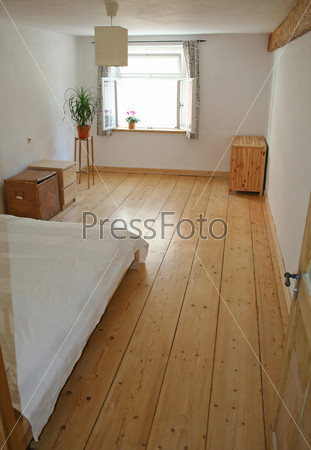 Спальня с деревянными полами