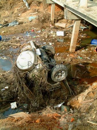 Автомобиль в реке после цунами, Као Лак, Таиланд