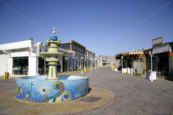 Фонтан с мозаикой на центральной торговой улице в Дахабе, Красное море, Синай, Египет