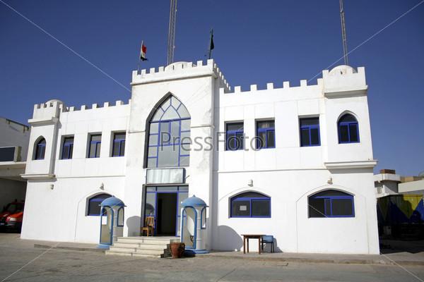 Фотография на тему Белый полицейский участок в Дахабе, Красное море, Синай, Египет