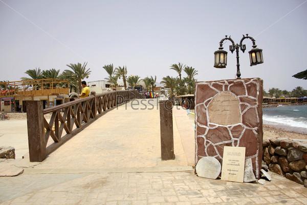 Мемориальный доски в начале моста в Дахабе, где 30 человек погибли в результате террористического взрыва в апреле 2006 года