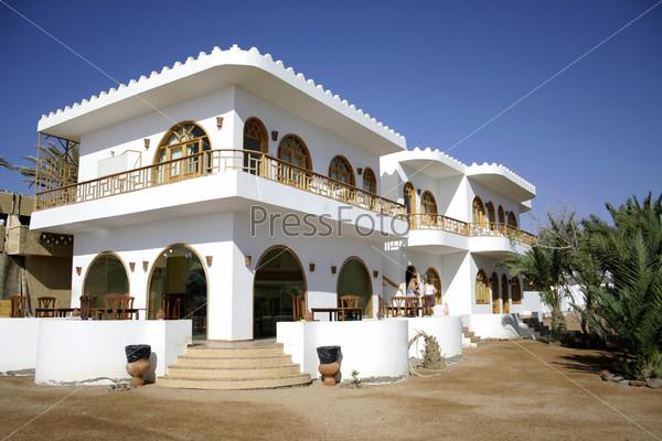 Белый отель на берегу моря в Дахабе, Красное море, Синай, Египет