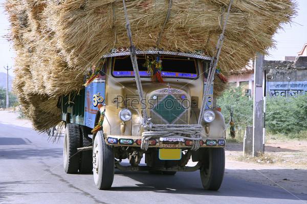 Перегруженный грузовик на шоссе, Раджастан, Индия