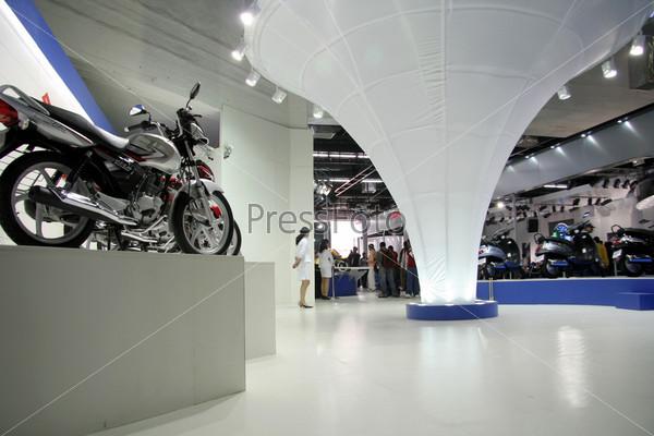 Фотография на тему Выставочный зал с мотоциклом, Дели, Индия