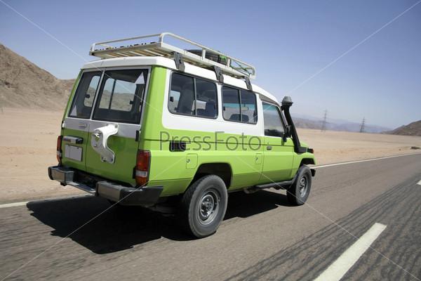 Фотография на тему Внедорожник на пустынной дороге в Синай, Египет