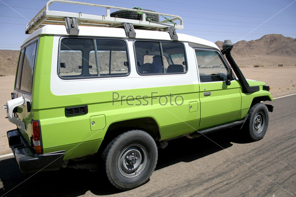 Внедорожник на пустынной дороге в Синай, Египет