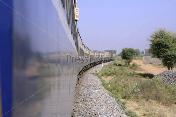 Поезд идет через сельскую местность, Индия