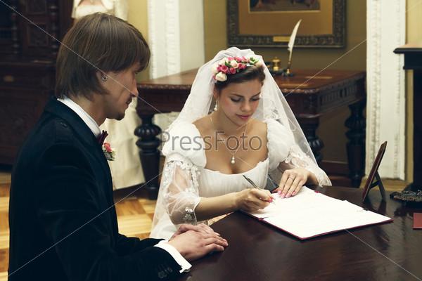 Фотография на тему Невеста и жених подписывают брачный контракт
