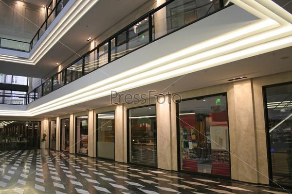 Современный торговый центр с мраморным полом