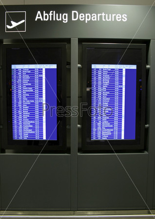 Фотография на тему Табло с расписанием рейсов в аэропорту