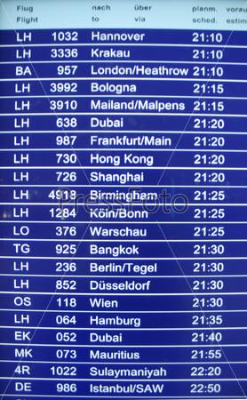Фотография на тему Информационное табло с расписанием рейсов крупным а=планом