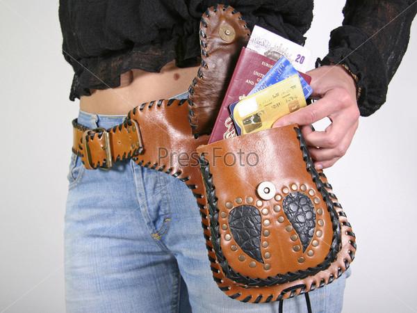 Женщина позирует с сумкой-ремнем для денег
