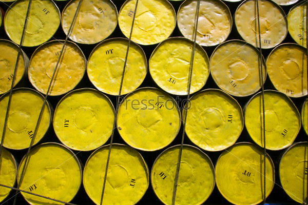 Бочки нефти, сложенные для перевозки