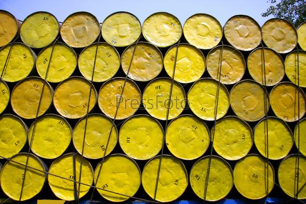 Фотография на тему Бочки нефти, сложенные для перевозки