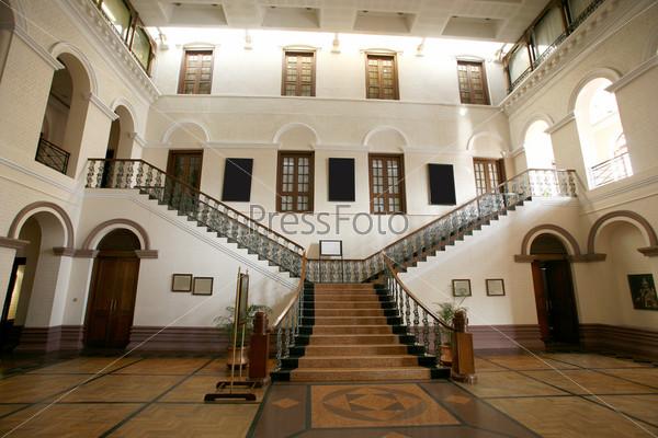 Лестница в дворцовом интерьере