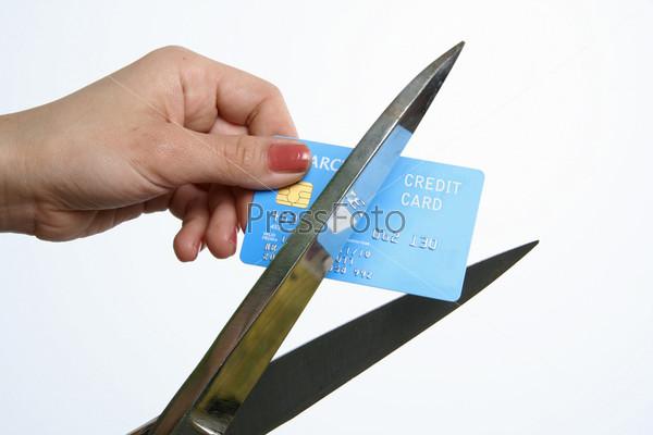 Разрезание кредитной карты с помощью ножниц