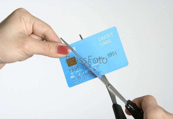 Фотография на тему Разрезание кредитной карты с помощью ножниц