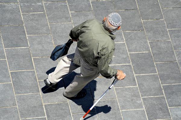 Старик в еврейской ермолке с тростью, Иерусалим, Израиль