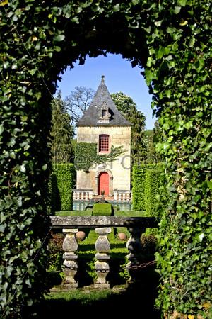 Зеленая арка с видом на замок в садах Эйриньяк, Франция