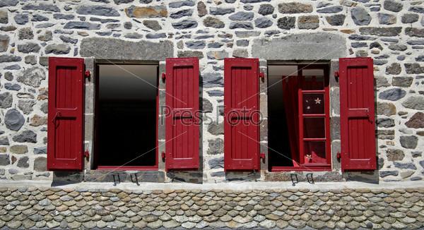 Два окна с красными жалюзями