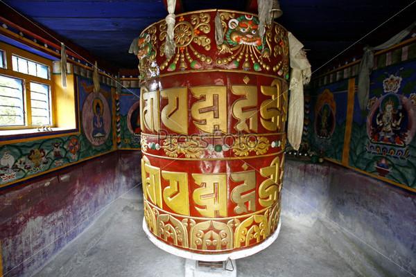 Фотография на тему Яркие буддийские молитвенные колеса