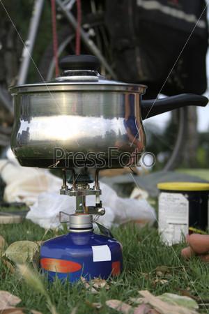 Туристическая газовая горелка в поле