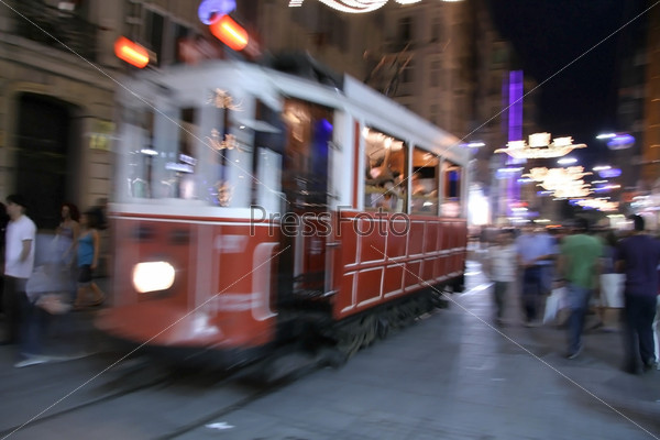 Старый красный трамвай в Таксиме, Стамбул, Турция