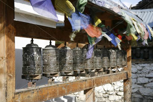 Молитвенные барабаны и флаги в Мананге, Аннапурна, Непал