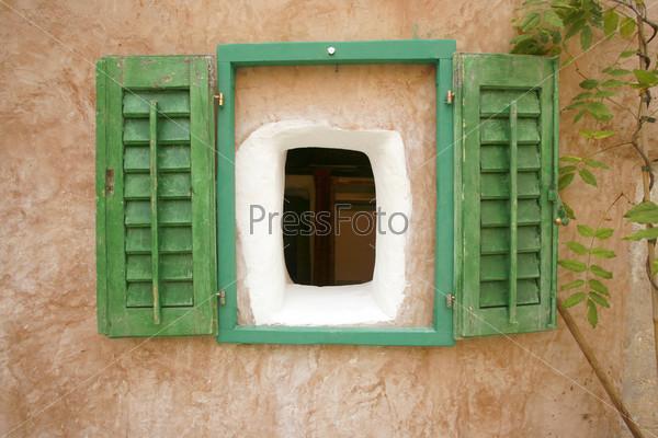 Окно со ставнями в старом доме в маленькой деревне на Средиземноморье, Хорватия