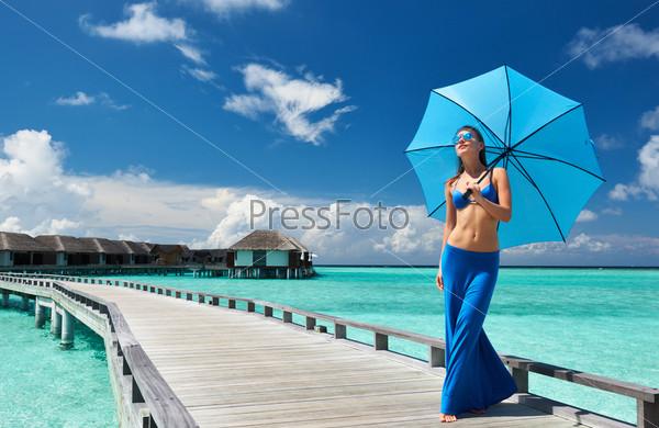 Женщина на пирсе на Мальдивах