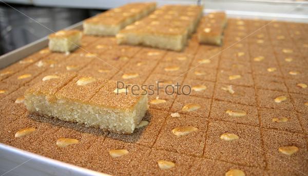 Арабские пироги на прилавке на рынке крупным планом