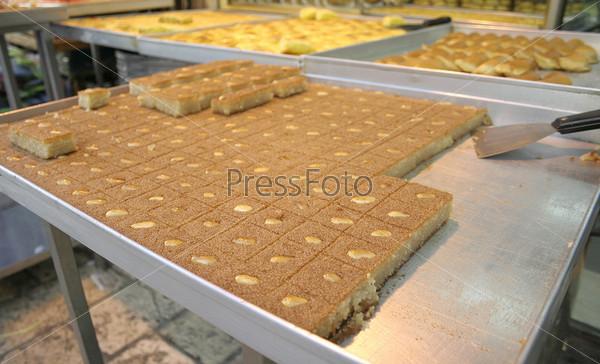 Фотография на тему Арабские пироги на прилавке на рынке