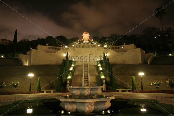 Бахайский храм и сад ночью