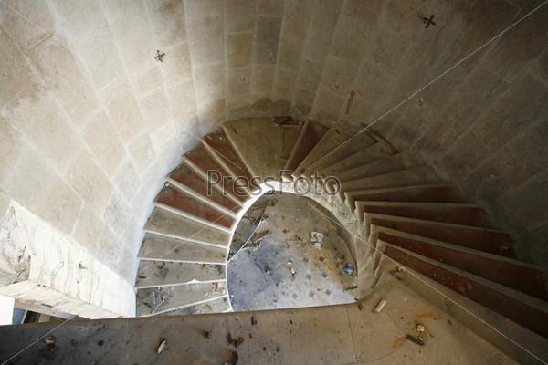 Спиральная лестница в заброшенном отеле после войны в Хорватии