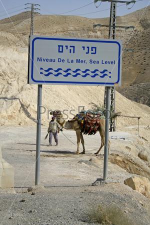 """Знак """"высота над уровнем моря"""" на дороге, ведущей к Мертвому морю"""