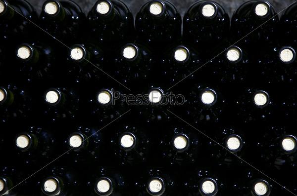 Бутылки красного вина на полке