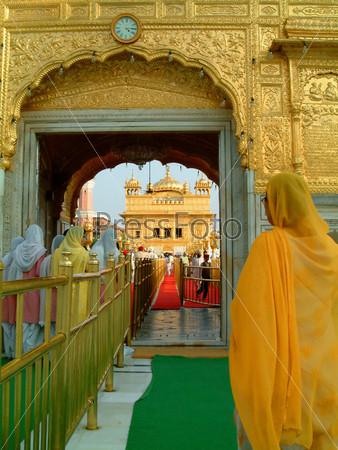 Женщины сикхи входят в Золотой Храм, Амритсар, Индия