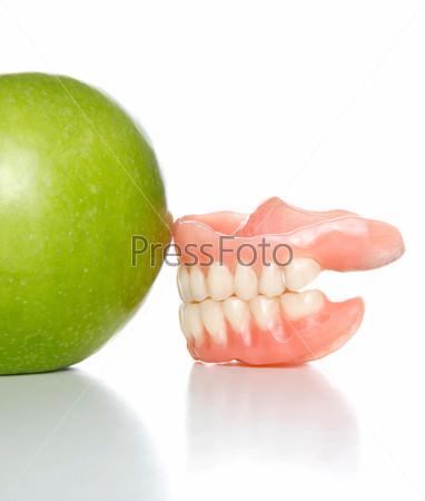 Откушенное яблоко и макет челюсти