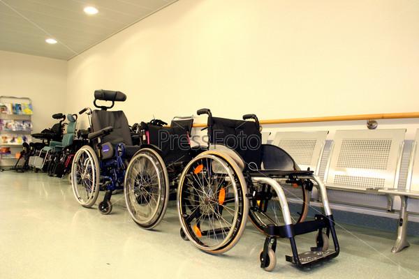 Кресла-каталки в больничном коридоре