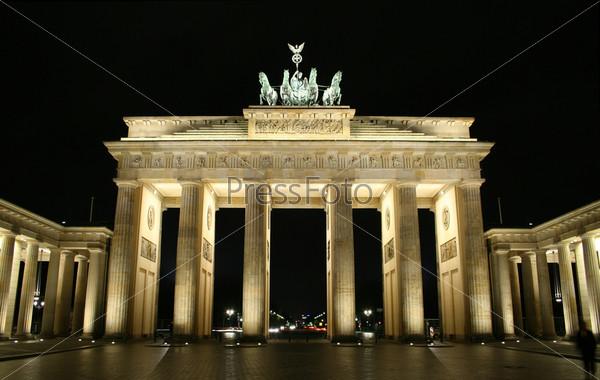 Бранденбургские ворота, освещенные ночью