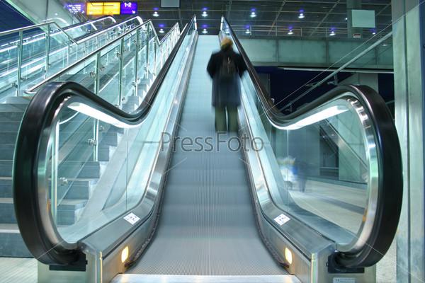 Фотография на тему Человек поднимается на эскалаторе