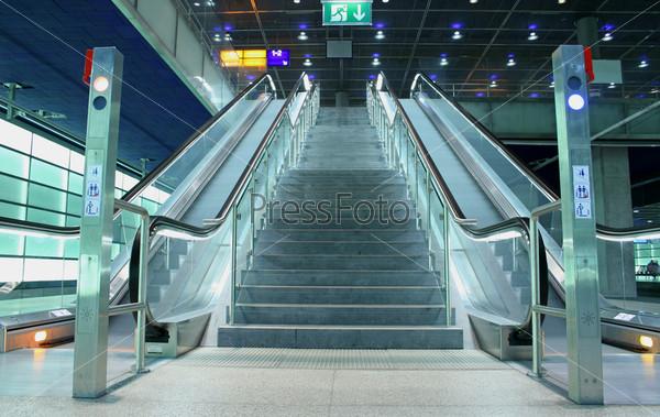 Лестница и эскалаторы в общественном месте