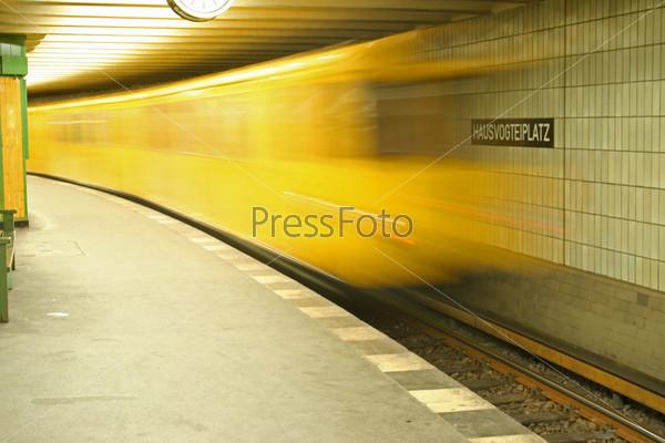 Поезд быстро прибывает на станцию метро
