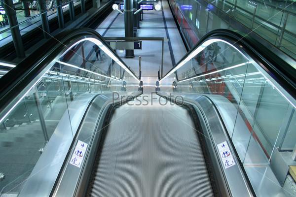 Спускающийся эскалатор на станции общественного транспорта
