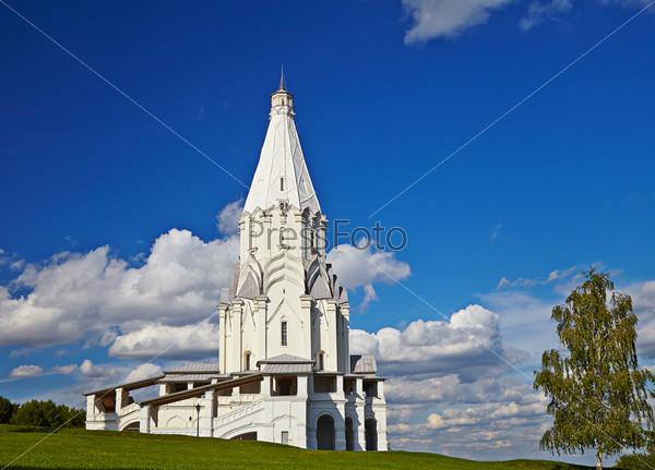 Красивая церковь Вознесения в солнечный летний день. Построена в 1532 году. Коломенское, Москва, Россия