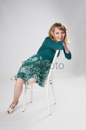 Женщина, сидящая на стуле