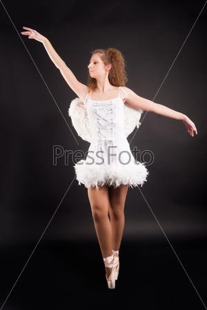 Молодая красивая танцовщица