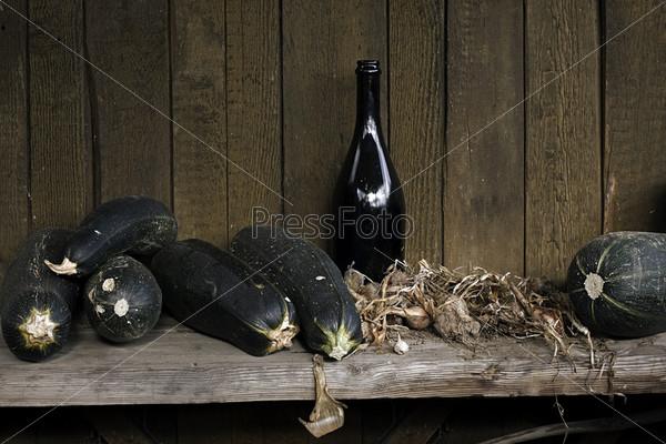 Фотография на тему Сельский натюрморт с кабачками, луком и бутылкой