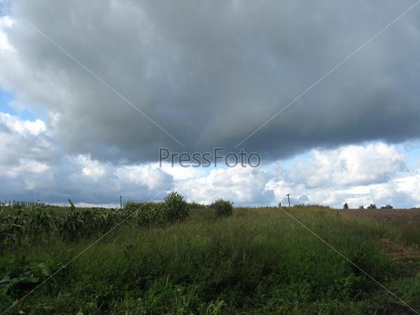 Фотография на тему Пейзаж с облаками над полем